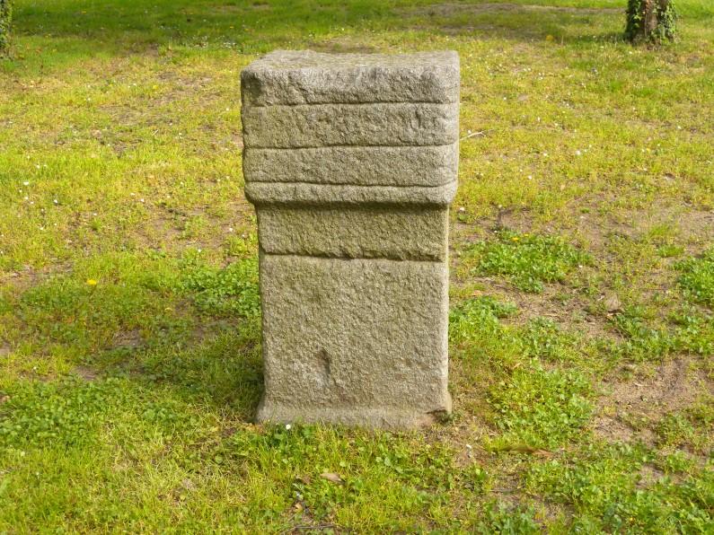 Ara di epoca romana posta nella parte occidentale del giardino della villa (Fototeca ISAL)