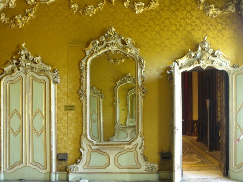Particolare delle decorazioni parietali e dell'arredo della Sala Rococò (Fototeca ISAL)