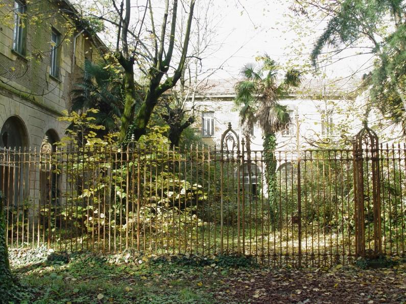 Particolare del giardino pertinenziale del padiglione Biffi dell'ex ospedale psichiatrico (Fototeca ISAL, fotografia di Ferdinando Zanzottera)