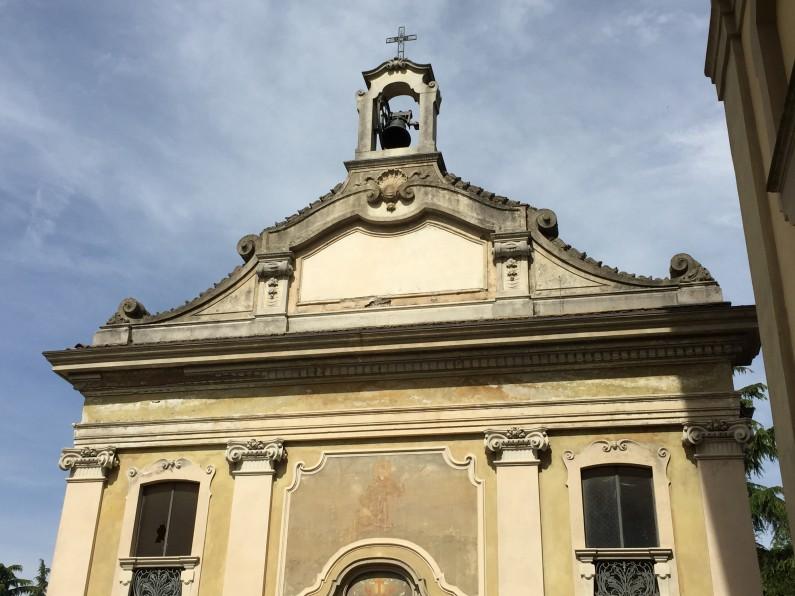 Particolare della facciata della Cappella e dell'affresco dipinto nella lunetta d'ingresso (Fototeca ISAL)