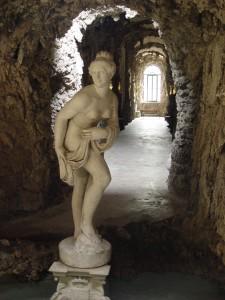 Lainate, Villa Borromeo Visconti Litta, Ninfeo, particolare della scultura della Venere e delle decorazioni interne (Fototeca ISAL).